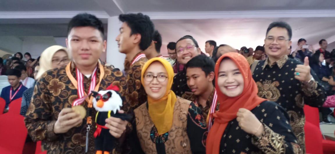 3 Siswa siswi SMAN 4 Bekasi Turut Mewakili Jawa Barat pada Olimpiade Sains Nasional SMA 2019 Manado.