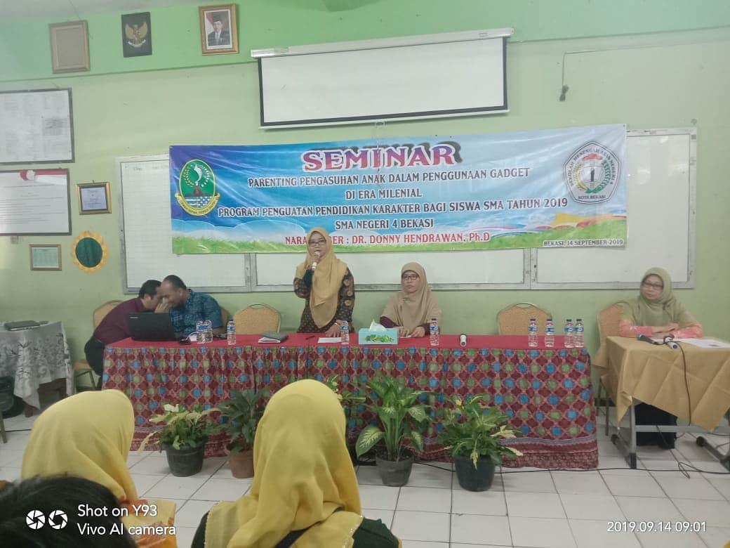 Ibu Dra. Hj. Sumartini, M.M membuka Seminar Parenting bagi orang tua peserta didik kelas XI
