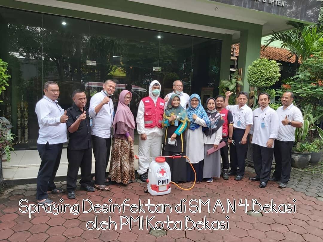 Kegiatan Penyemprotan Desinfektan di Lingkungan SMA Negeri 4 Bekasi oleh PMI Kota Bekasi dalam rangka Pencegahan Penyebaran Virus Covid-19.
