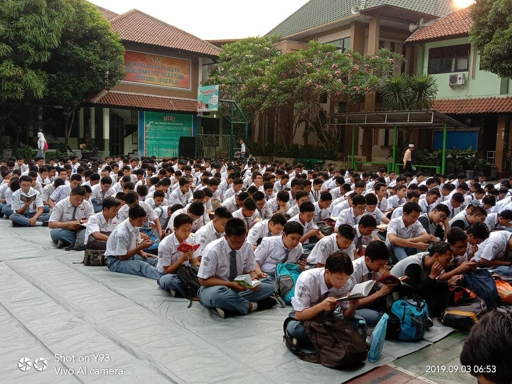 Program Iman dan Taqwa yang diisi dengan kegiatan kerohanian bagi semua warga sekolah.